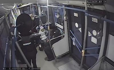 Казанда автобуста табылган кечкенә кызның әти-әниләрен эзлиләр – видео