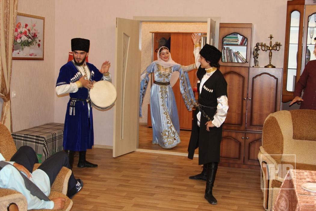 «Рәхәт яшибез» («Хорошо живем»): как в ситкоме появился грузинский ансамбль