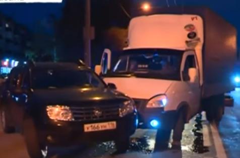 В Казани на улице Фрунзе Renault врезался в «Газель» (ВИДЕО)