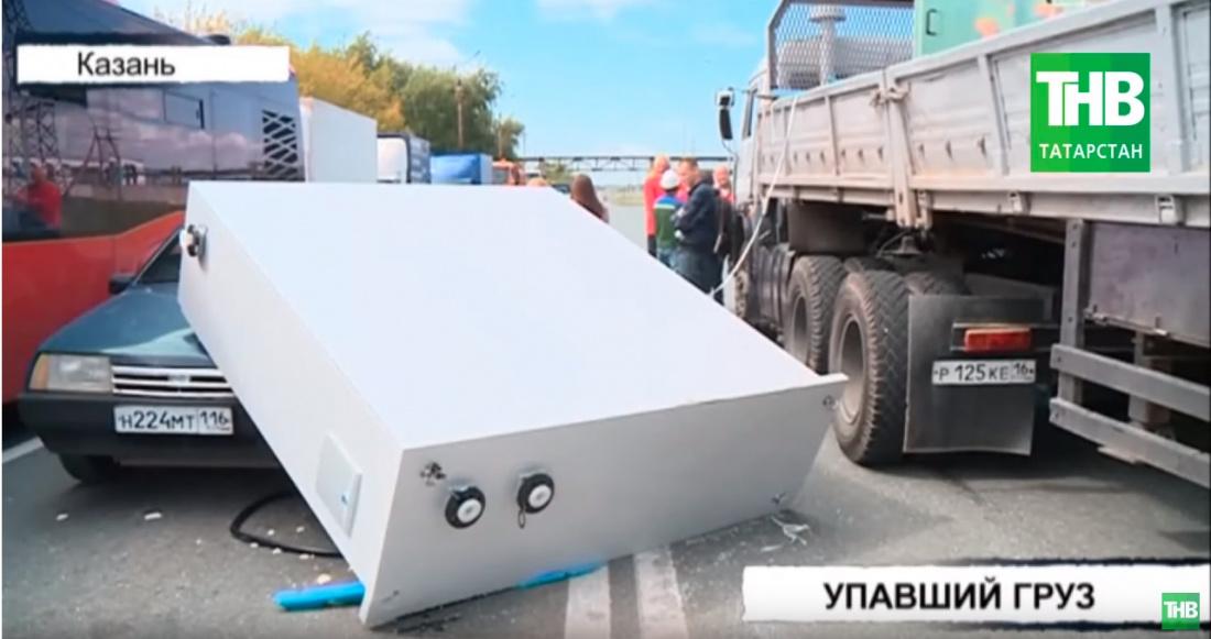 На автомобиль упал металлический шкаф в Казани