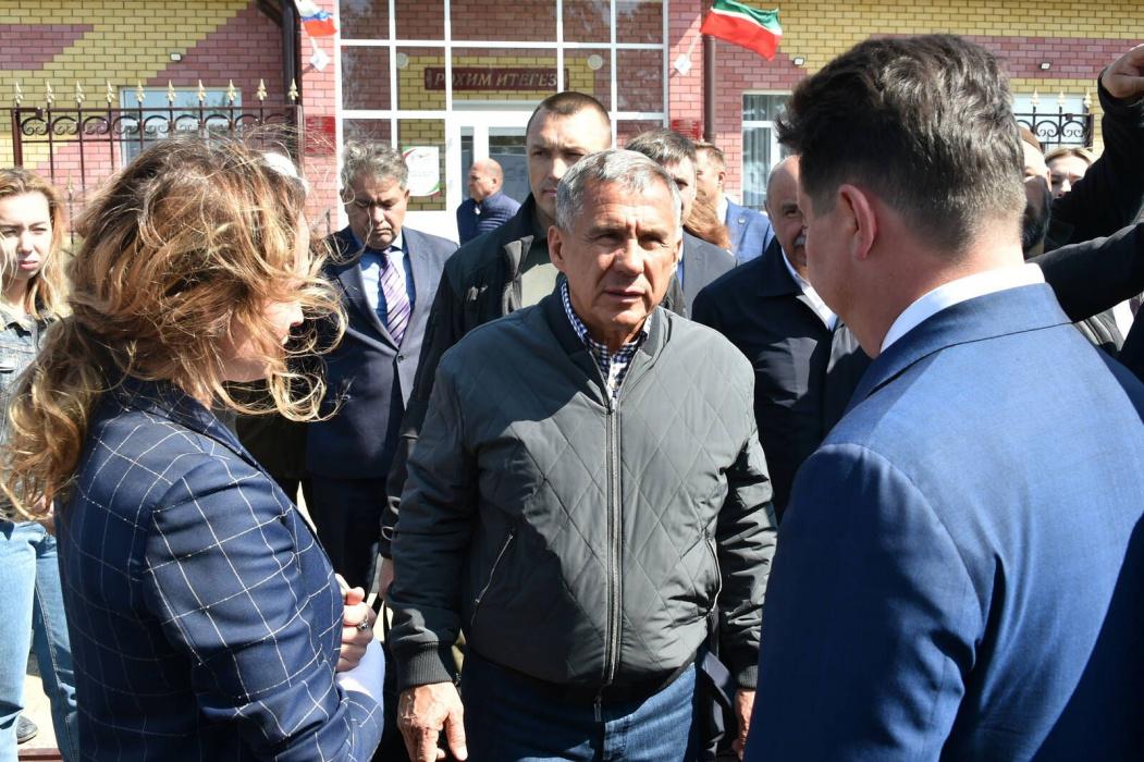 Рустам Минниханов проверил работу первых мобильных медицинских поликлиник в Тетюшском районе