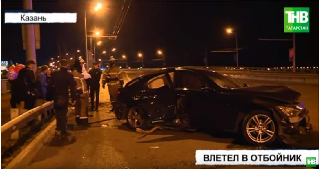 В Казани у БМВ лопнуло колесо и машину отбросило в отбойник (ВИДЕО)