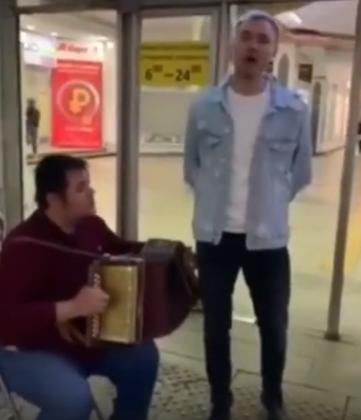 """В подземном переходе в Казани прохожий спел песню """"И туган тел"""" и поразил своим голосом"""