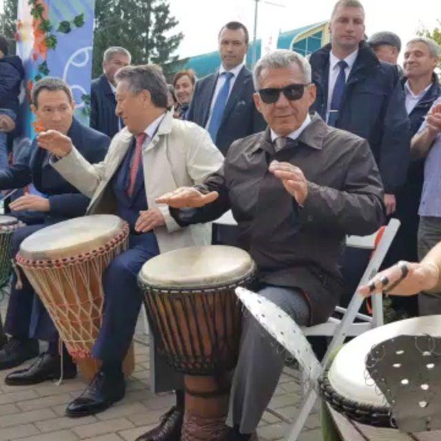 Рустам Минниханов на Дне нефтяника сыграл на африканских барабанах (ВИДЕО)