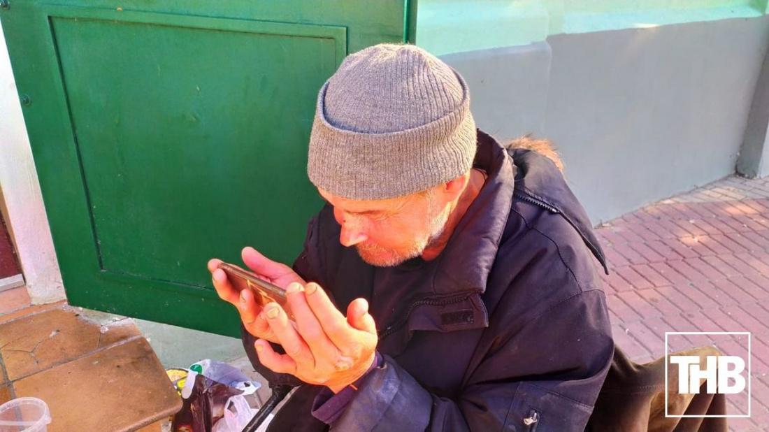 «У меня есть одеяло»: история бездомного героя из скандального ролика казанских близняшек (ВИДЕО)
