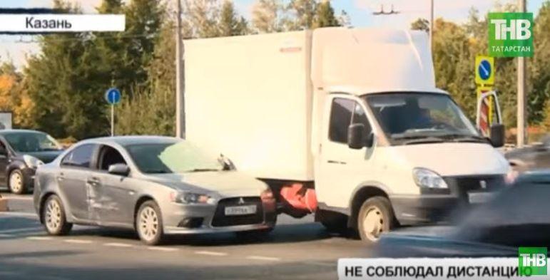 На улице Ершова в Казани образовалась огромная пробка из-за столкновения четырех автомобилей (ВИДЕО)