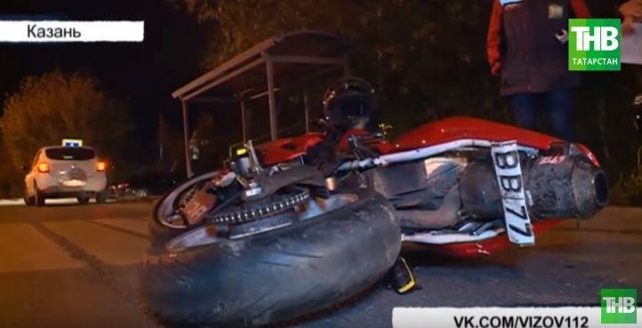 На улице Боевая в Казани водитель автомобиля Lada сбил мотоциклиста (ВИДЕО)