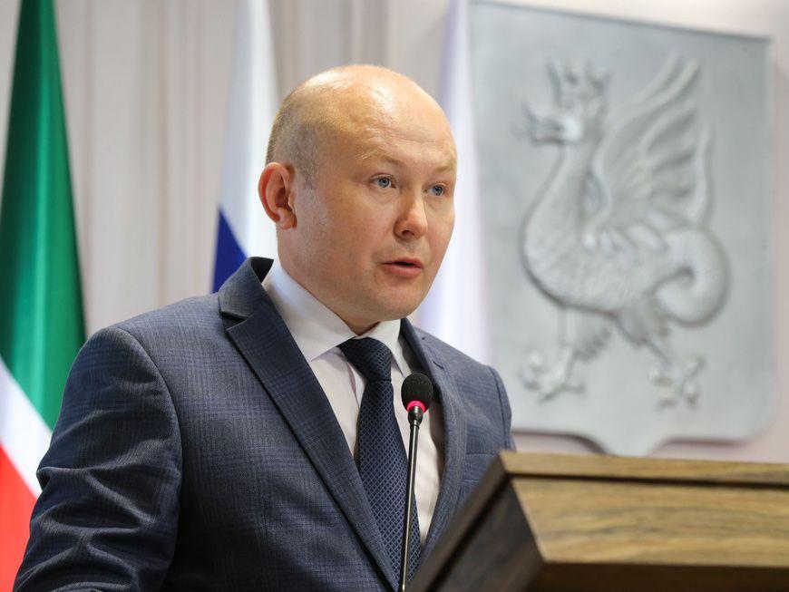 Экс-глава управления образования мэрии Казани Ильнар Хидиятов подозревается в получении взятки в размере 800 тысяч рублей