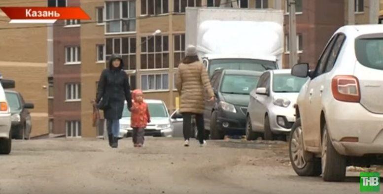 В садик поселка Большие Клыки дети ходят по проезжей части (ВИДЕО)