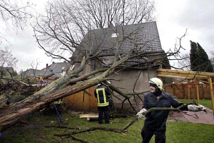 В Татарстане из-за урагана сорвало несколько крыш, повреждено 10 автомобилей и 11 тысяч человек осталось без света (ВИДЕО)