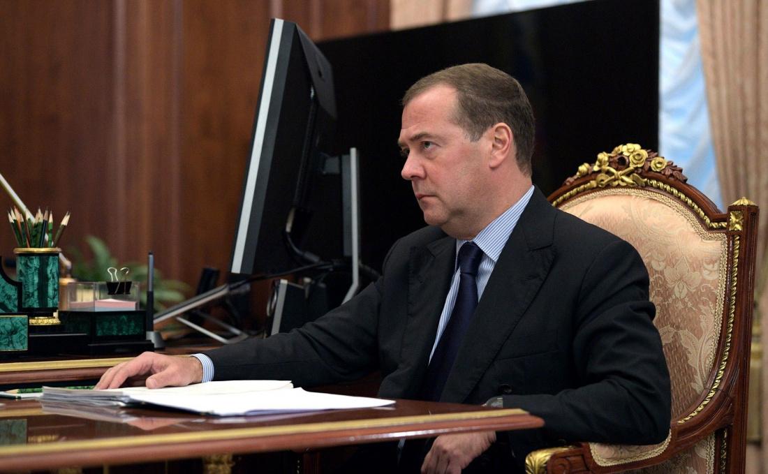 Пенсионерка с Алтая упала на колени перед Медведевым из-за проблем с горячей водой (ВИДЕО)