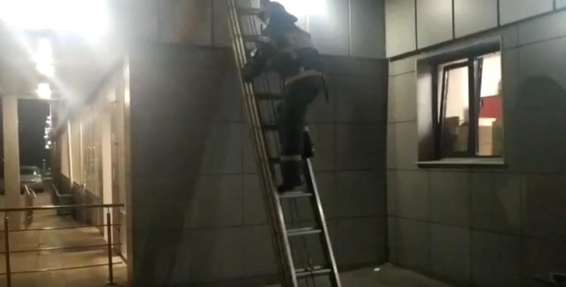 Пожарные спасли 6-летнего мальчика, запертого на балконе в Казани (ВИДЕО)