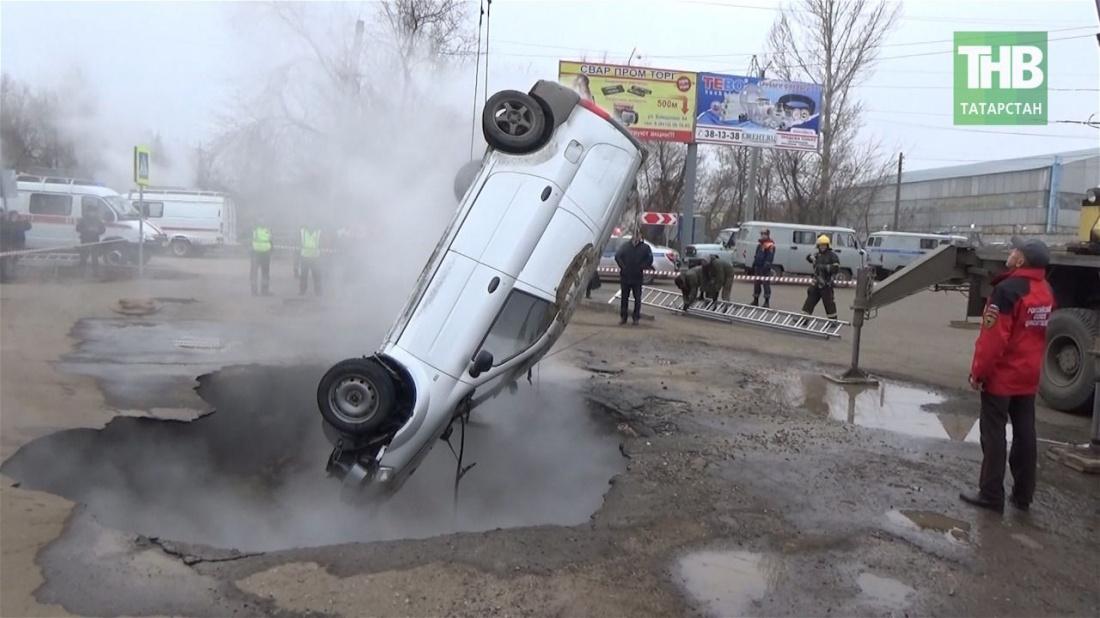 В Пензе Lada Largus провалилась в яму с кипятком (ВИДЕО)