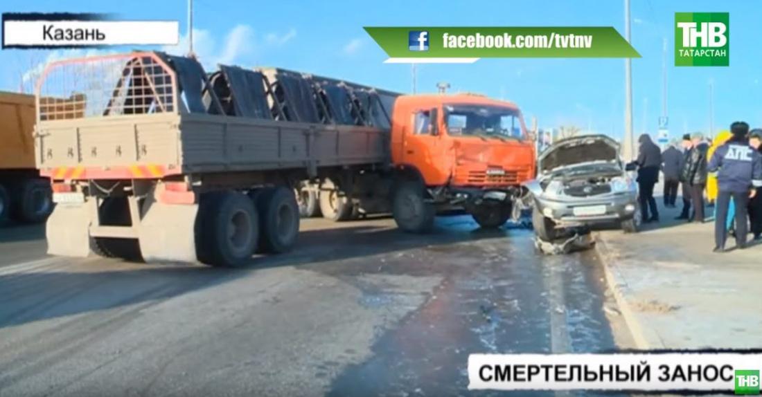 В Казани погибла женщина в салоне внедорожника, который попал под КАМАЗ (ВИДЕО)