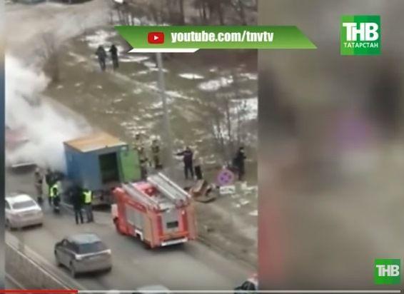 В Казани на улице Ломжинской загорелся грузовик аварийных служб (ВИДЕО)