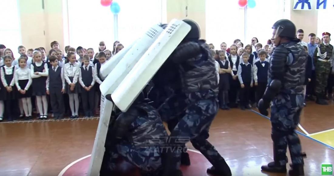 «Палкой бей»: Спецназ ФСИН показал детям приемы разгона демонстрантов (ВИДЕО)