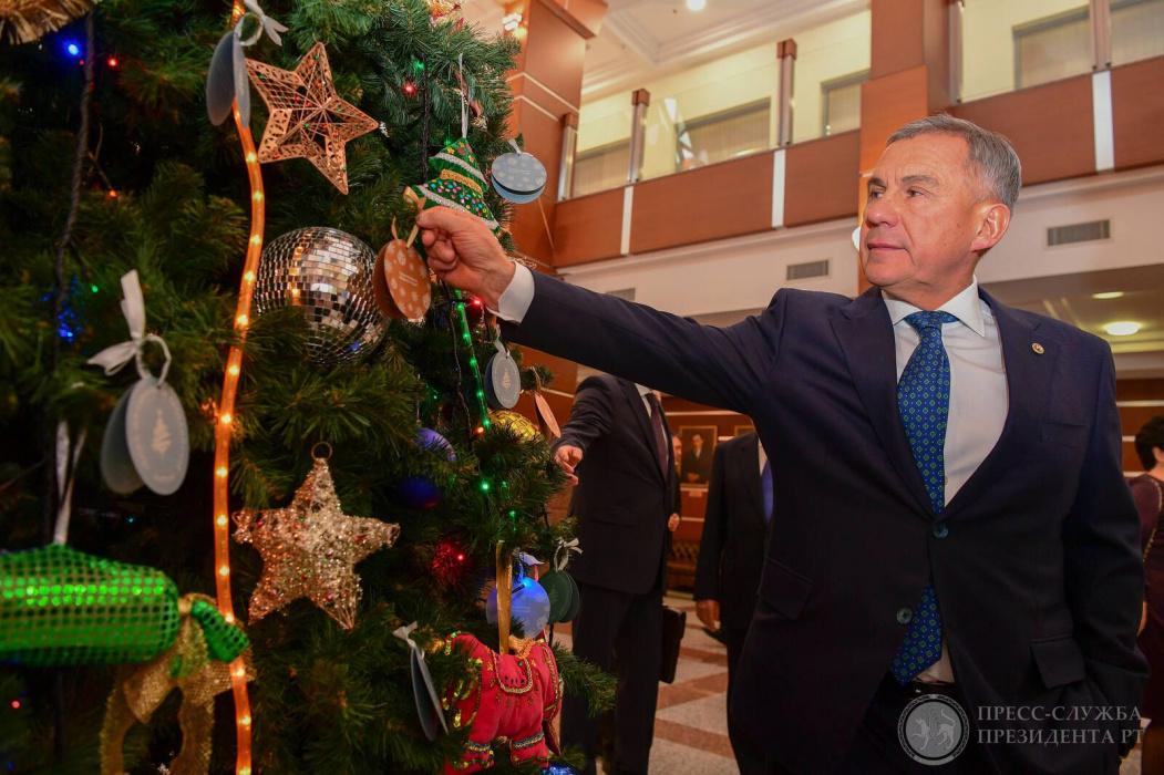 Первые лица Татарстана подарили детям полет на вертолете, ноутбук и детскую железную дорогу