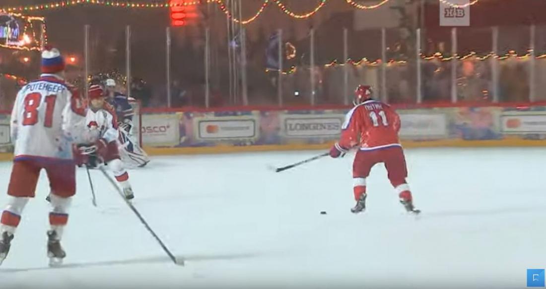 Владимир Путин сыграл в хоккей на Красной площади (ВИДЕО)