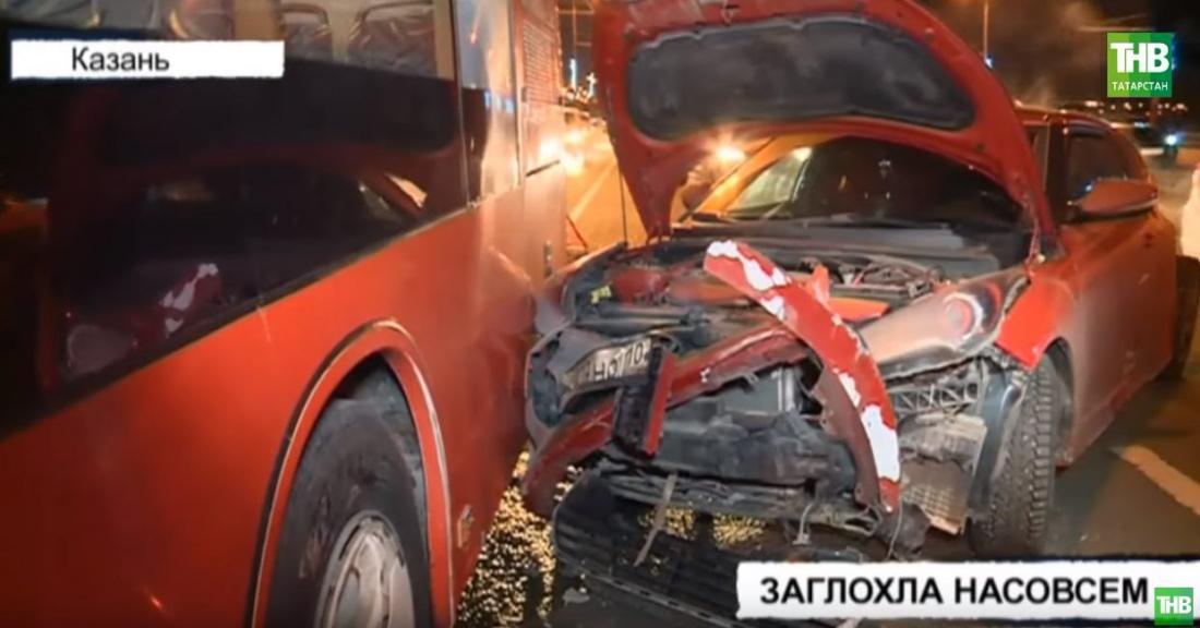 В Казани автобус превратил в груду металла иномарку (ВИДЕО)