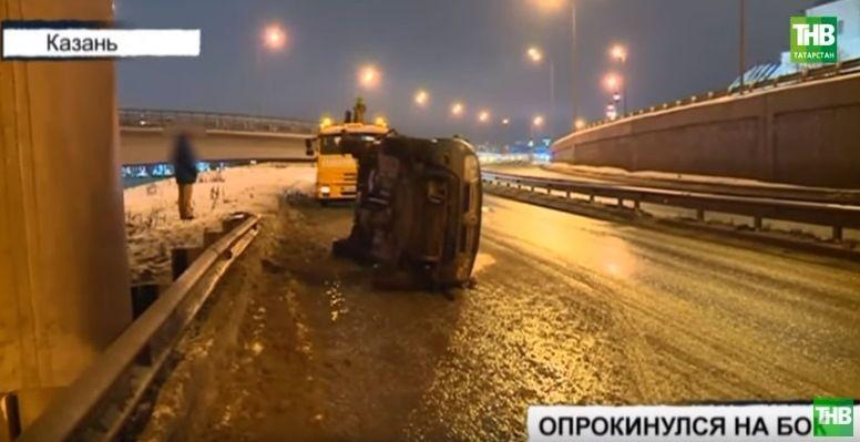 В Казани на Кремлевской дамбе опрокинулся Renault DUSTER (ВИДЕО)