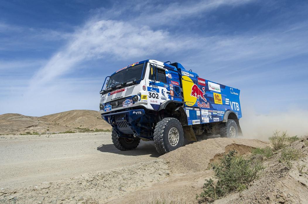 Экипаж Каргинова из «КАМАЗ-мастер» победил в «Дакаре» в классе грузовиков (ВИДЕО)