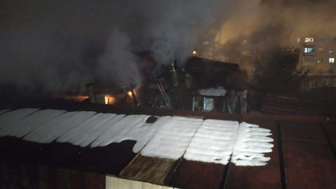 В Казани сгорел частный дом, 9-летний мальчик попал в больницу