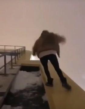 Девушка в Набережных Челнах чуть не сорвалась с крыши 17-этажки (ВИДЕО)