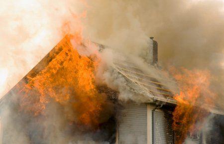 В Альметьевске в пожаре погиб пятилетний мальчик, отец пострадал при попытке войти в дом (ВИДЕО)