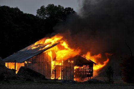 В Казани на проспекте Альберта Камалеева сгорел частный заброшенный дом (ВИДЕО)