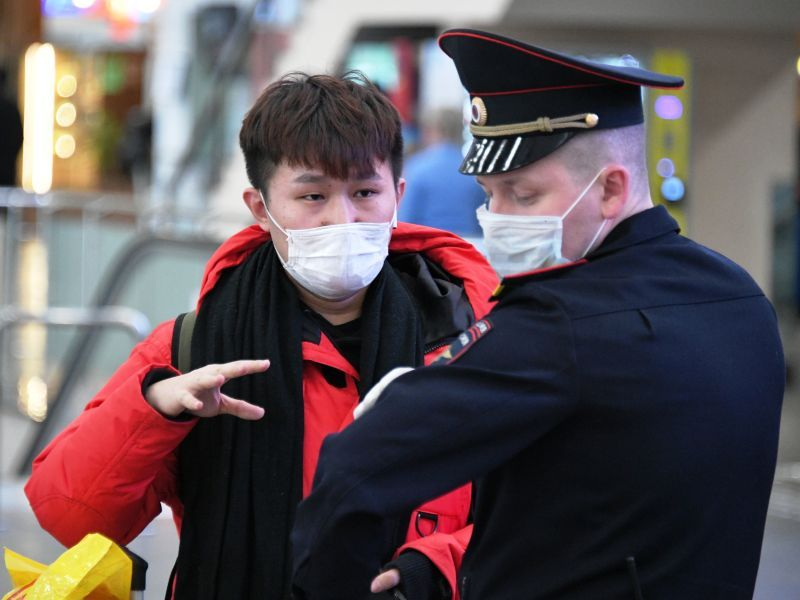 Зараженных коронавирусом иностранцев депортируют из России