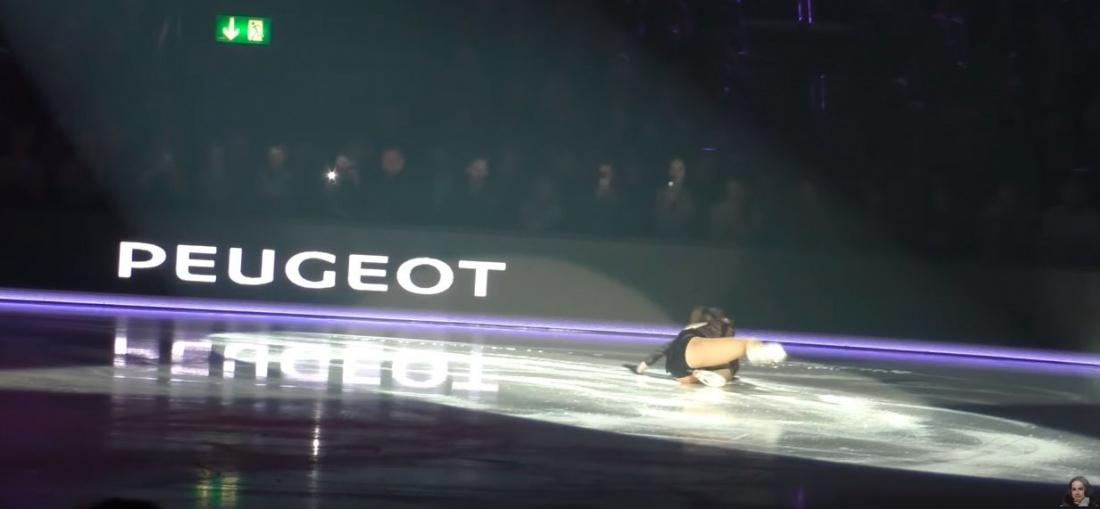Загитова упала в прозрачном платье на ледовом шоу в Цюрихе (ВИДЕО)