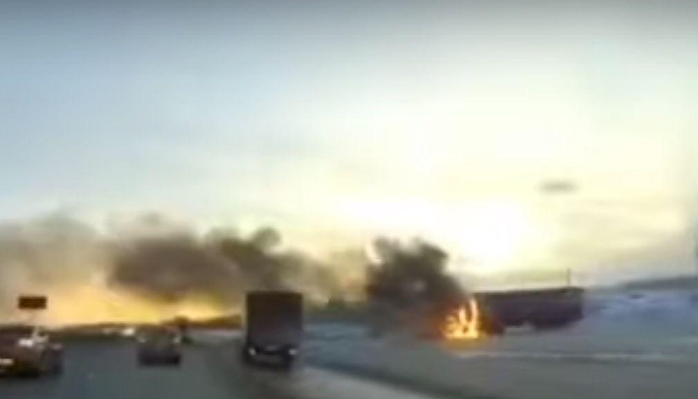 На трассе М7 под Казанью очевидцы сняли на видео объятую огнем фуру