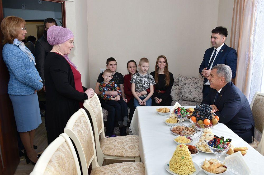 Рустам Минниханов навестил новоселов социопотечного жилья в Кукморе