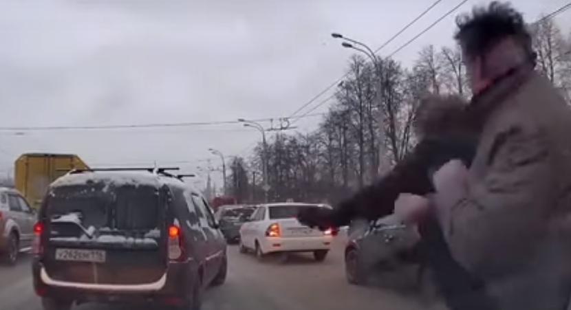 Очевидцы сняли на видео потасовку двух водителей в Казани