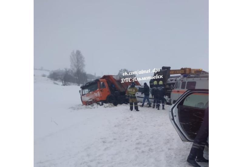 Водитель «Ларгуса» погиб в Альметьевском районе после столкновения с «Камазом»