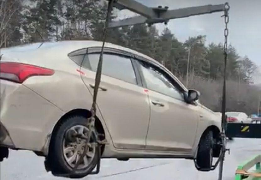 У задолжавшего 200 000 рублей жителя Казани прямо на дороге забрали автомобиль