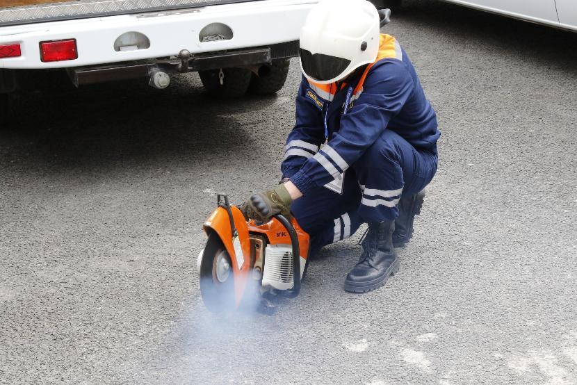 В Казани спасателям пришлось спасать годовалого ребенка из запертой машины