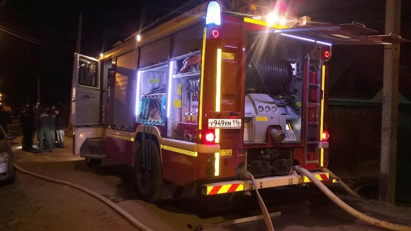 Пять детей и десять взрослых эвакуировали в Казани из горящего дома