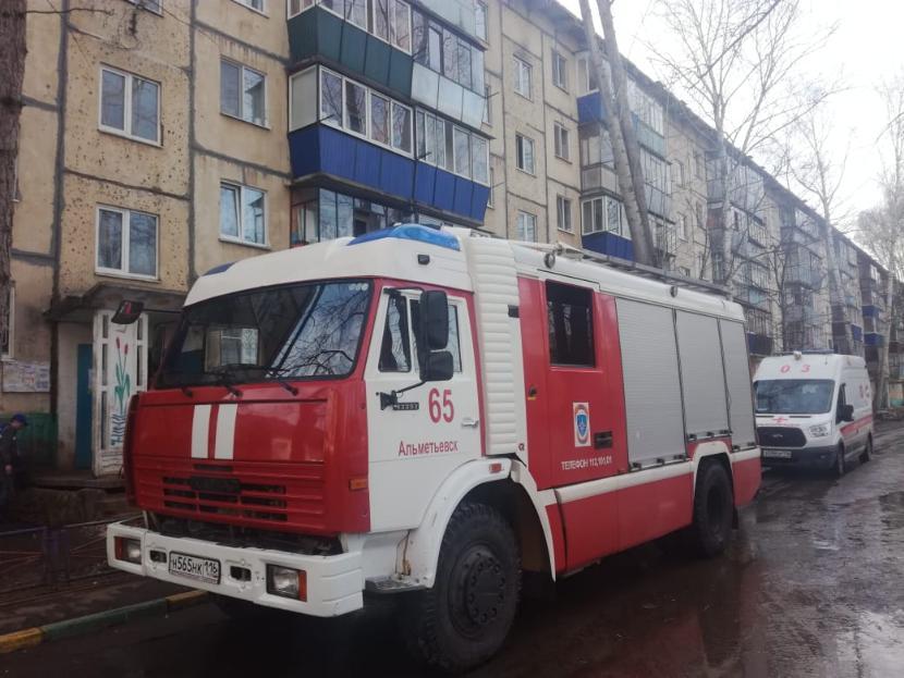 Двух детей и женщину эвакуировали пожарные из горящего дома в Альметьевске