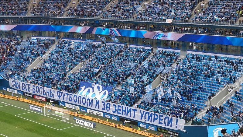 «Мы все больны футболом и за «Зенит» умрём». Фанаты вывесили баннер на тему коронавируса