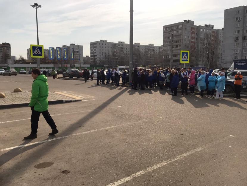 На улице Адоратского в Казани эвакуируют покупателей и персонал ТЦ «Лента»