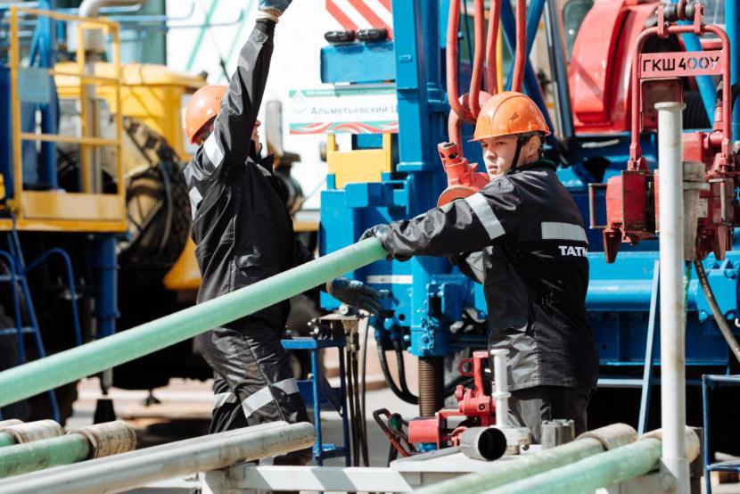 Цены на нефть продолжили падение, курс доллара – 77 рублей, евро – 85 рублей