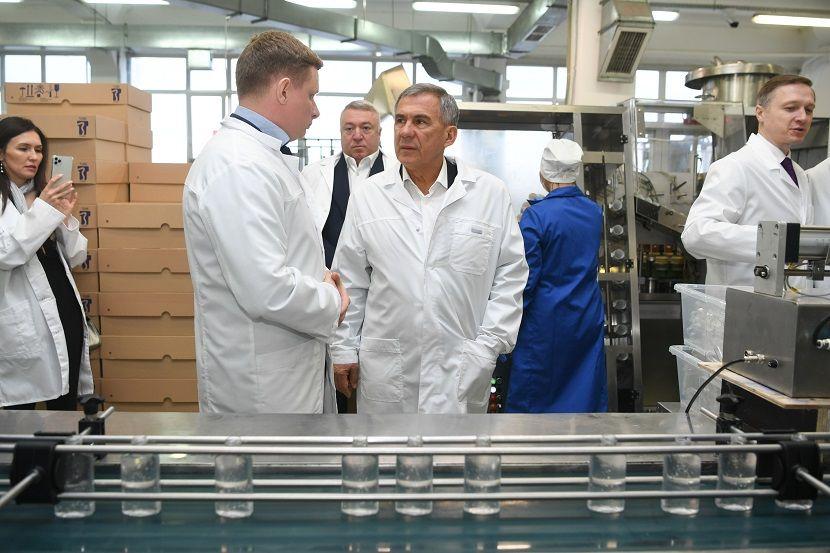 Минниханов поручил обеспечить торговые и аптечные сети антисептиками