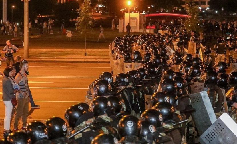 В Минске вспыхнули массовые беспорядки, на улицах строят баррикады