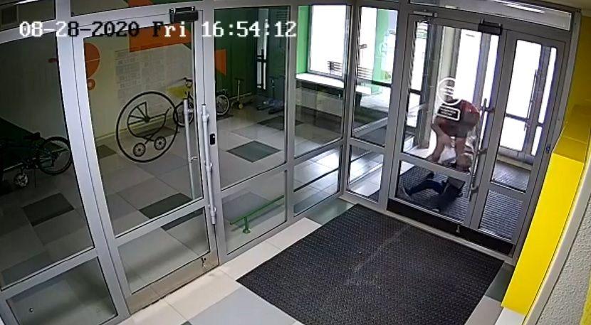 Камера наблюдения в Казани запечатлела жестокое избиение ребенка