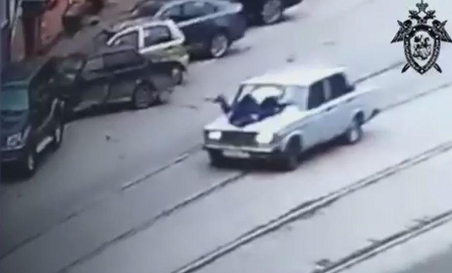 Видео: подросток без прав протащил на капоте инспектора ГИБДД