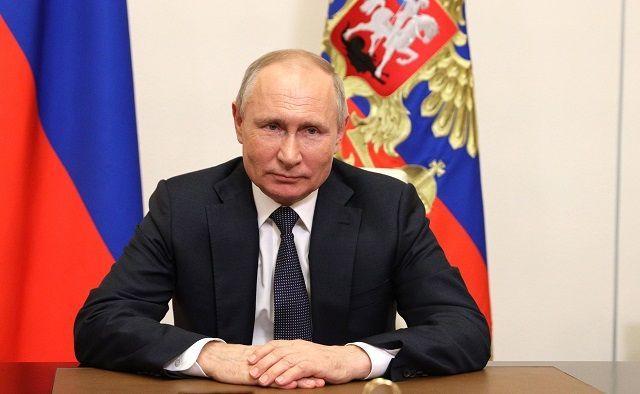Путин подписал закон о соцвыплатах беременным и семьям с детьми