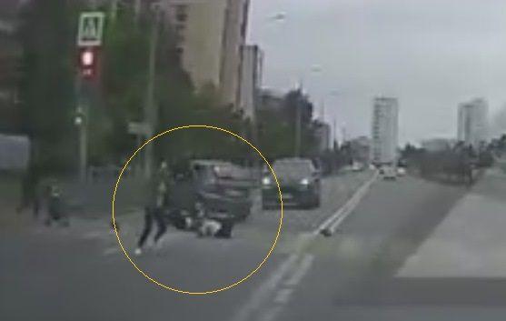 Момент смертельного наезда автоледи на пешеходов в Казани попал на видео
