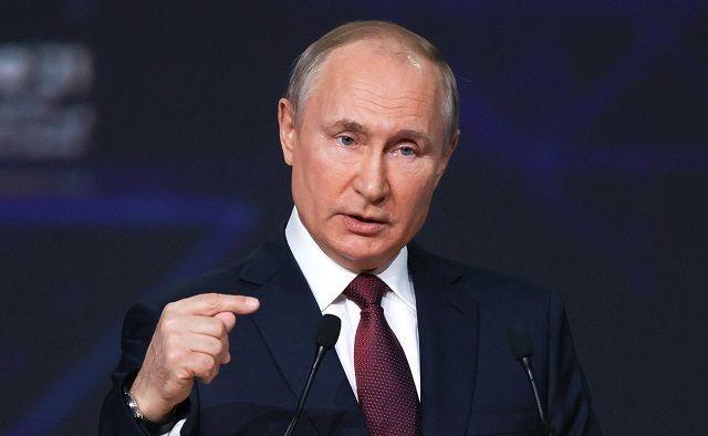 Владимир Путин поручил проработать вопрос платной вакцинации иностранцев в РФ