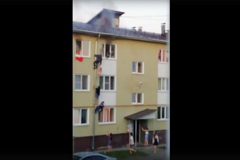 Спасение запертых в горящей квартире детей сняли на видео